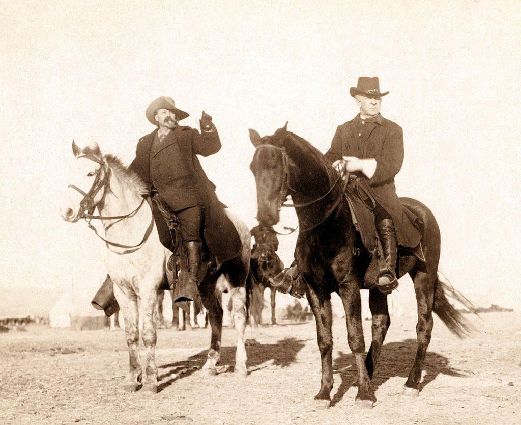 Reisen im Kopf: Buffalo Bill (links) mit dem US-Army-General Nelson Appleton Miles bei der Inspektion eines Indianerlagers in der Pine Ridge Reservation (Ausschnitt einer Fotografie von John C. H. Grabill, 1891), gemeinfrei, Wikimedia commons