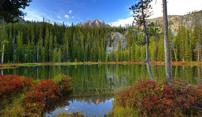 Der Bench Lake mit dem Mount Heyburn im Hintergrund (© Charles Knowles / wikimedia commons)