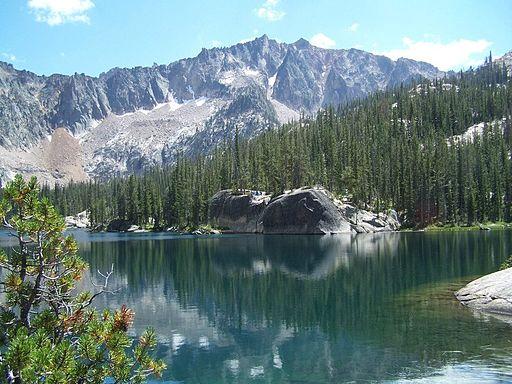 Der Saddleback Lake in den Sawtooth Mountains (© Edgewise / wikimedia commons)