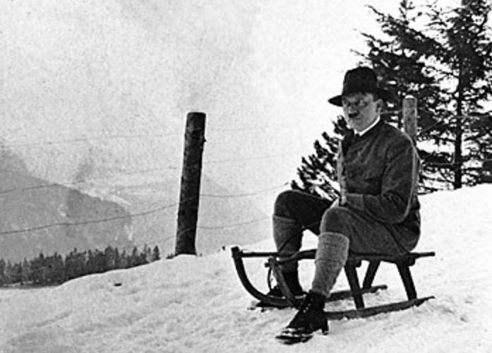 Diktatoren und die Banalität des Bösen: Adolf Hitler beim Rodeln