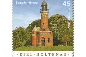 Der Leuchtturm befindet sich am Nordufer der Zufahrt zum Nord-Ostsee-Kanal in Kiel-Holtenau. Sein unterbrochenes weiß-grünes Lichtsignal bezeichnet die Steuerbordseite der Kanalzufahrt. (© Deutsche Post)