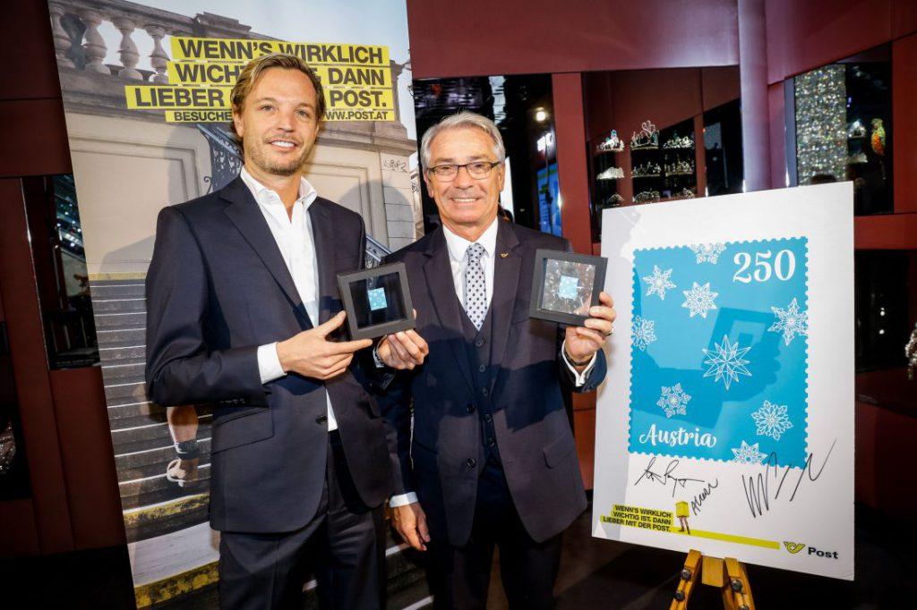 Markus Langes-Swarovski, Mitglied des Executive Boards von Swarovski, und Georg Pölzl, Generaldirektor der Österreichischen Post, präsentieren die neue Weihnachtsmarke mit Swarovski Kristall. (© Österreichische Post, © APA)