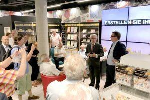Generaldirektor Dr. Pölzl eröffnet den neuen Philatelieshop